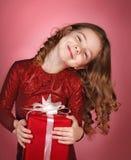 有圣诞节礼物盒的愉快的女孩 免版税库存照片