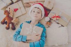 有圣诞节礼物箱子和礼物的,顶视图愉快的孩子 库存图片