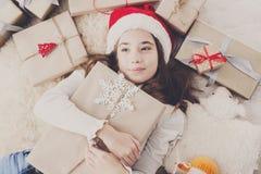 有圣诞节礼物箱子和礼物的,顶视图愉快的孩子 库存照片