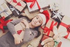 有圣诞节礼物箱子和礼物的,顶视图愉快的孩子 免版税库存图片