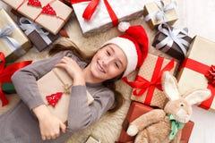 有圣诞节礼物箱子和礼物的,顶视图愉快的孩子 免版税图库摄影