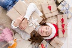 有圣诞节礼物箱子和礼物的,顶视图愉快的孩子 免版税库存照片