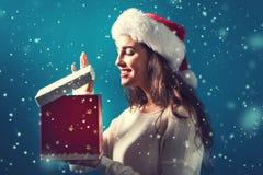 有圣诞节礼物箱子的愉快的少妇 库存图片
