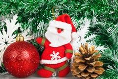 有圣诞节红色球、爆沸和白色雪花的圣诞老人 免版税库存照片