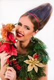 有圣诞节花圈和圣诞节fai的美丽的时尚女孩 免版税库存图片