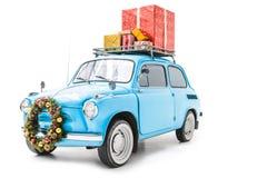 有圣诞节花圈和礼物的汽车在屋顶 库存图片