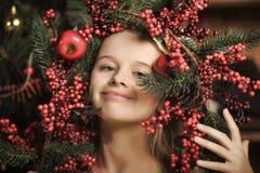 有圣诞节花圈的女孩 库存照片