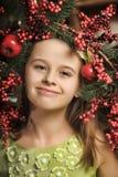 有圣诞节花圈的女孩 免版税库存图片
