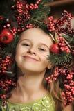 有圣诞节花圈的女孩 库存图片
