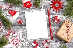 有圣诞节装饰和礼物盒的空白开放笔记本 温泉 免版税库存图片