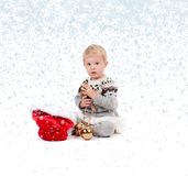 有圣诞节装饰品的女婴 冬天和雪花 库存照片