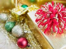 有圣诞节装饰品的礼物盒在木桌上 免版税图库摄影