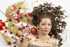 有圣诞节装饰的俏丽的妇女 库存图片