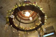 有圣诞节装饰的古色古香的灯 库存照片