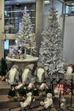 有圣诞节装饰的商店 图库摄影