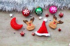 有圣诞节装饰的圣诞老人在木头 免版税库存图片
