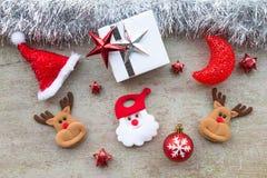 有圣诞节装饰的圣诞老人在木头 库存照片