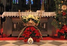 有圣诞节装饰的天主教会 免版税库存图片