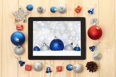 有圣诞节装饰的片剂个人计算机 库存照片