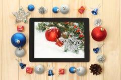 有圣诞节装饰的片剂个人计算机 库存图片