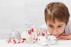 有圣诞节装饰的男孩 免版税库存图片