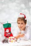 有圣诞节装饰的男孩 免版税库存照片