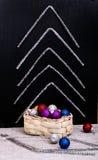 有圣诞节装饰的箱子和从闪亮金属片的抽象冷杉木 库存照片