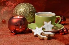 有圣诞节装饰的绿色咖啡杯 库存照片