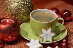有圣诞节装饰的绿色咖啡杯 库存图片