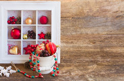 有圣诞节装饰的罐 免版税库存图片