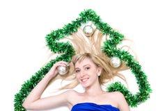 有圣诞节装饰的美丽的年轻微笑的妇女反对被隔绝的白色 免版税库存图片