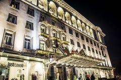 有圣诞节装饰的豪华旅馆在晚上 免版税库存图片