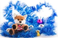 有圣诞节装饰的逗人喜爱的狗玩偶 图库摄影