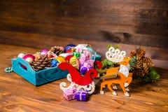 有圣诞节装饰的,闪亮金属片, pinecones葡萄酒木箱 免版税图库摄影