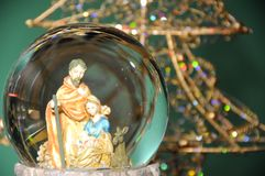 有圣诞节装饰的玻璃碗 免版税库存照片