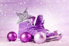 有圣诞节装饰的紫色鞋子在雪 免版税图库摄影