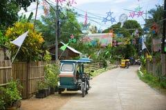 有圣诞节装饰的Philippino村庄 库存照片
