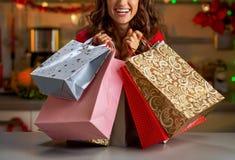 有圣诞节购物袋的妇女在圣诞节de 免版税库存图片