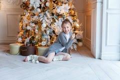 有圣诞节闪烁发光物的女孩 免版税库存照片