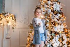 有圣诞节闪烁发光物的女孩 库存图片