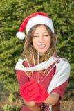 有圣诞节闪烁发光物的美丽的圣诞老人女孩 免版税库存照片