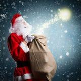 有圣诞节魔术的圣诞老人 图库摄影