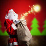 有圣诞节魔术的圣诞老人 免版税图库摄影
