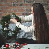 有圣诞节Deco在家办公室的卖花人妇女 免版税库存图片
