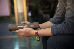 有圣经的一个人 图库摄影