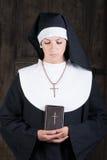 有圣经的尼姑 库存图片