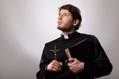 有圣经的教区牧师 免版税库存照片