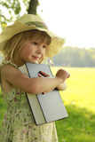 有圣经的美丽的小女孩本质上 图库摄影