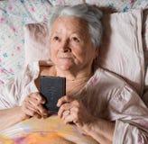 有圣经的老妇人 免版税图库摄影