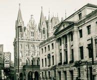 有圣Pancras新生旅馆的伦敦坎登城镇厅 免版税库存照片